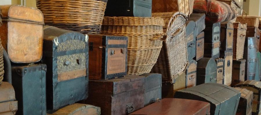 винтажные чемоданы и корзины с вещами