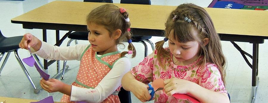 две девочки занимаются творчеством в детском саду