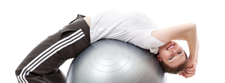 девушка выполняет упражнения на фитболе