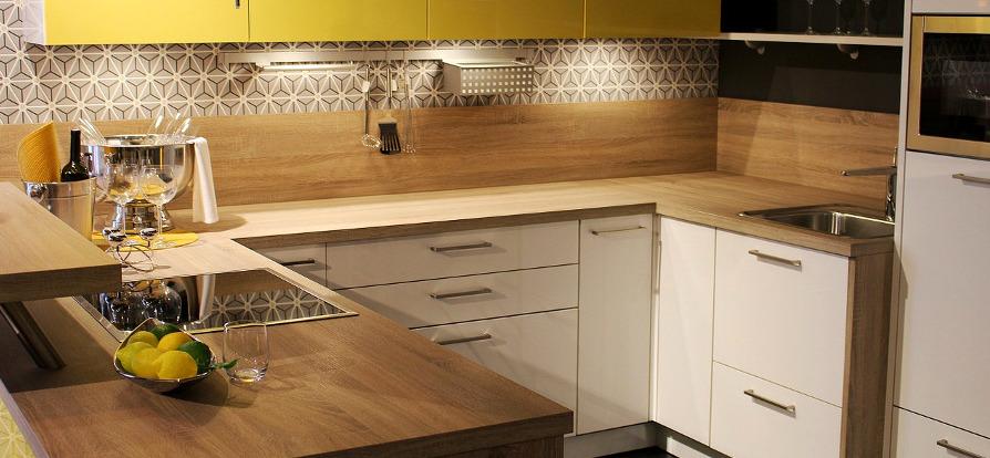 новый кухонный гарнитур с белым фасадом