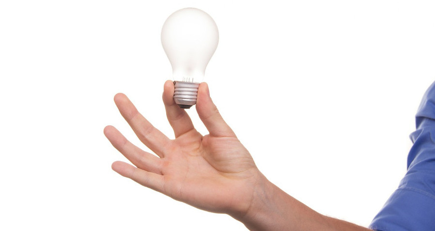 лампочка накаливания в мужской руке