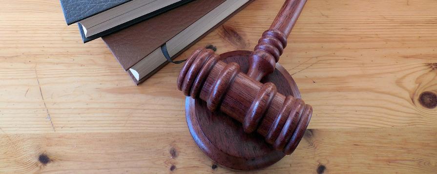книги и молоток судьи