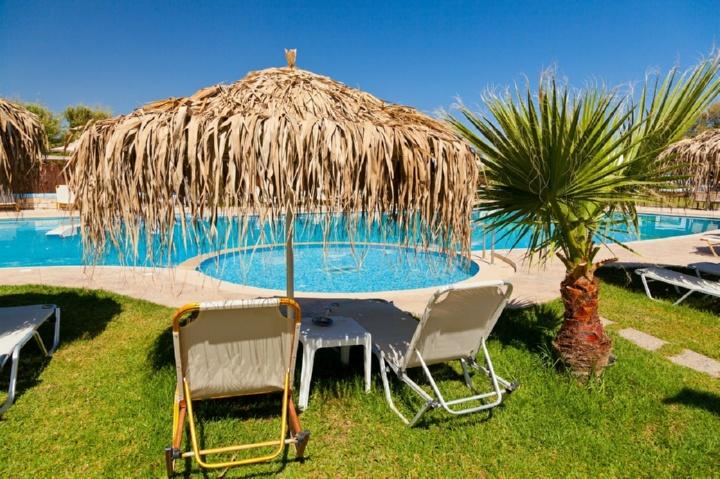 шезлонги, зонт от солнца, бассейн