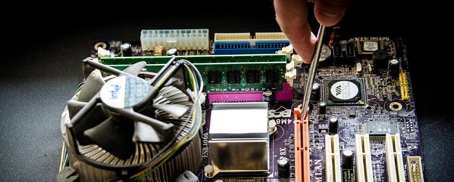 разобранный системный блок компьютера и руки мастера