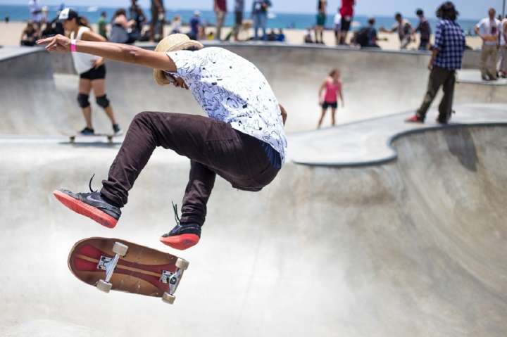 Скейтер выполняет трюк