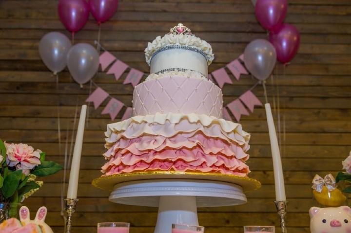 огромный розовый торт