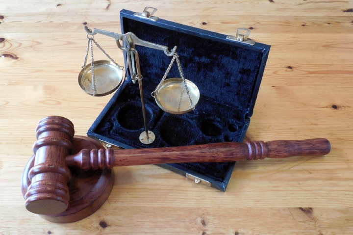 молоток судьи и весы Фемиды